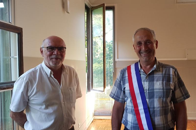 Piere Dalibard, maire sortant, remettant l'écharpe tricolore à Francis Cosnet