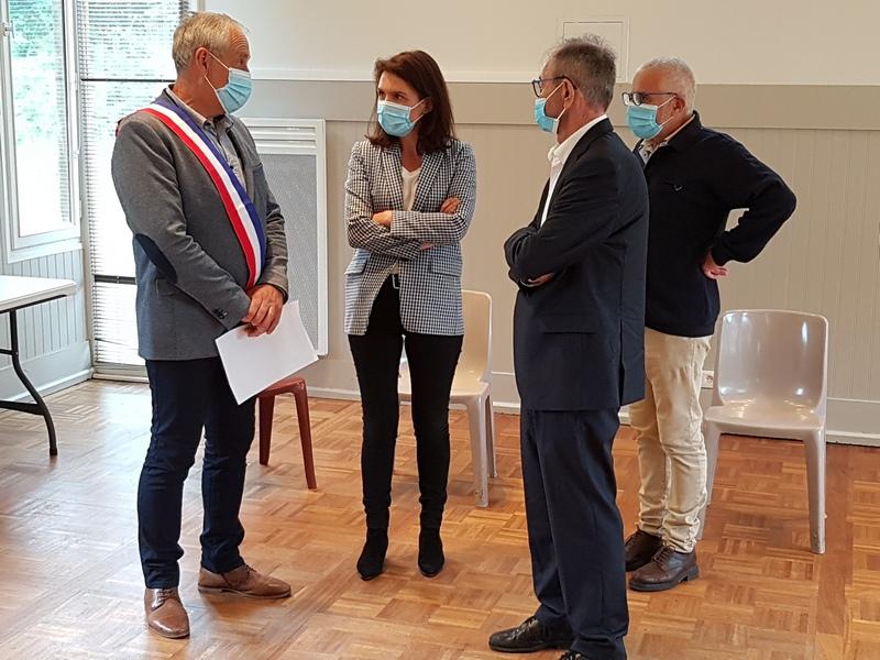 De gauche à droite : Francis Cosnet, maire de Crannes-en-Champagne, Christelle Morançais, présidente de Région Pays de la Loire,  Daniel Coudreuse, conseiller régional, Michel Lopez, 1er adjoint